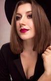 一名年轻俏丽的妇女的画象帽子的 免版税库存照片