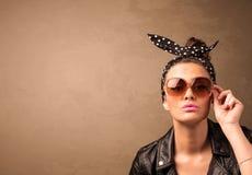 一名年轻俏丽的妇女的画象有太阳镜和copyspace的 库存照片