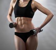 一名年轻健身妇女的惊人的热的性感的身体 免版税库存图片