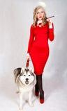一名年轻可爱的妇女的画象有一条多壳的狗的 库存照片