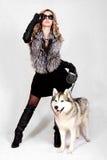 一名年轻可爱的妇女的画象有一条多壳的狗的 图库摄影