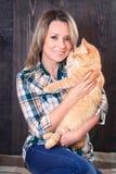 一名年轻可爱的妇女的画象有猫的在手上 库存图片