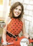 一名年轻和愉快的妇女的画象滑行车的 库存照片