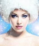 一名年轻和美丽的妇女的魅力画象冬天帽子的 免版税库存图片