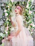 一名年轻式样beautyful妇女的画象有完善的蝴蝶的 免版税库存照片
