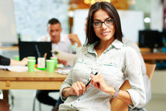一名年轻微笑的女实业家的画象在办公室, 库存图片