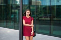 一名年轻快乐的成功的女实业家的半身画象在经典典雅衣裳摆在穿戴了, 库存图片