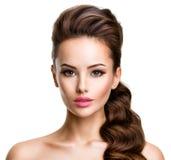 一名年轻性感的妇女的美丽的面孔有长的头发的 免版税库存照片
