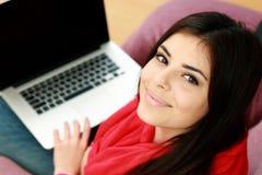 一名年轻愉快的妇女的特写镜头画象有膝上型计算机的 免版税库存图片