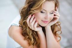 一名年轻愉快的妇女的画象在夏天 库存照片