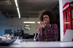 一名年轻成功的非裔美国人的妇女的画象现代的 免版税库存照片