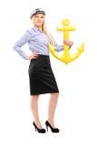 一名年轻水手妇女的全长画象有船锚的 免版税库存照片