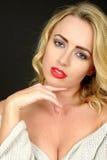 一名轻松的体贴的年轻白肤金发的妇女的美丽的画象 免版税图库摄影