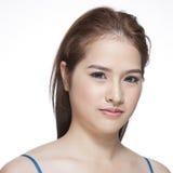 一名年轻深色的妇女的秀丽画象有美好的微笑的 库存照片