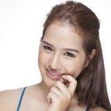 一名年轻深色的妇女的秀丽画象有美好的微笑的 免版税图库摄影
