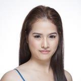 一名年轻深色的妇女的秀丽画象有美好的微笑的 免版税库存照片