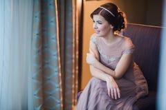 一名年轻深色的妇女的画象一件美丽的礼服的有构成和发型的 库存照片
