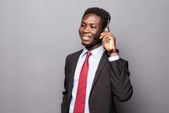 一名年轻男性客户服务代表或电话中心工作者或者操作员,支撑杆的特写镜头画象讲话与他 免版税库存照片