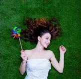 一名年轻红头发人妇女的画象有躺下在gr的轮转焰火的 库存图片