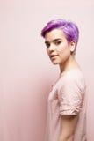 一名紫罗兰色短头发的妇女的左档案桃红色柔和的淡色彩的, smil 免版税库存图片