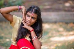 一名年轻美丽的传统印地安妇女的画象 图库摄影
