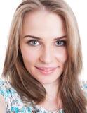 一名年轻美丽的妇女的特写镜头画象 免版税库存图片