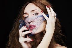 一名年轻美丽的妇女的面孔有蓝色面纱的在她的面孔 免版税图库摄影