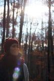一名年轻美丽的妇女的画象在一个最惊人的山毛榉森林中在欧洲, La Fageda d'en Jorda,一个惊人的森林 库存照片