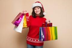 一名年轻美丽的妇女的画象有圣诞节圣诞老人帽子的 库存照片