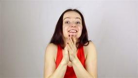 一名年轻美丽的妇女鼓掌与倾慕 股票录像