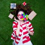 一名年轻被称呼的红头发人妇女的画象有prese轮转焰火的玩具的 图库摄影