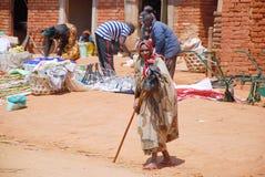 一名年长妇女在市场Pomerini上在坦桑尼亚,非洲695 免版税图库摄影