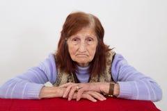 一名年长妇女的画象有哀伤的面孔表示的 图库摄影