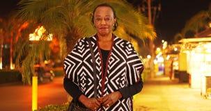 一名年长非裔美国人的妇女的画象在一个热带地点 免版税库存照片