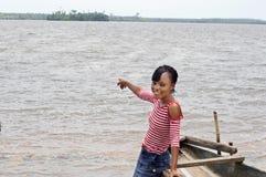 一名年轻非洲妇女显示水 免版税库存照片