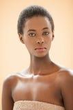 一名年轻非洲妇女的温泉画象 免版税库存照片