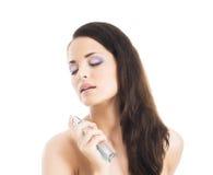 一名年轻,可爱的妇女的秀丽画象有香水的 免版税库存图片