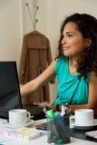 一名smilling的妇女在工作 免版税库存照片