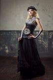 一名steampunk妇女的画象在难看的东西背景的 一个维多利亚女王时代的样式的美丽的夫人 库存图片