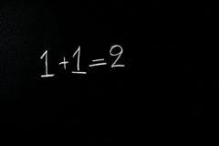 一和一个合计两在黑板 库存图片