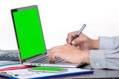 一商人举行接触笔检查销售的数据 免版税库存图片