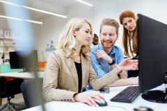 以一团队工作在办公室的设计师 免版税库存图片