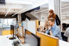 以一团队工作在办公室的设计师 库存照片