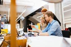 以一团队工作在办公室的设计师 免版税图库摄影