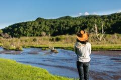 一在一条河旁边通过草原 免版税图库摄影