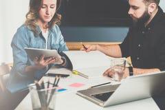 一在一见面 企业生意人cmputer服务台膝上型计算机会议微笑的联系与使用妇女 配合 坐在桌和工作上的商人和女实业家 库存照片