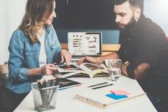 一在一见面 企业生意人cmputer服务台膝上型计算机会议微笑的联系与使用妇女 在桌上是膝上型计算机和笔记本有图表和图的在屏幕上 在线教育 免版税库存图片