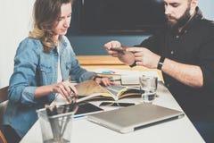 一在一见面 生意人照片采取 企业生意人cmputer服务台膝上型计算机会议微笑的联系与使用妇女 在网上学会的学生 自由职业者 图库摄影