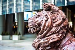 一在入口的两古铜色狮子雕象向汇丰香港总部设 免版税库存图片