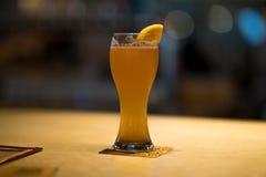 从一地方Microbrewery的橙色麦子啤酒 库存照片